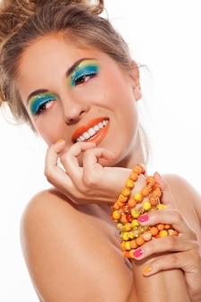 Красивая кавказская женщина с художническим составом