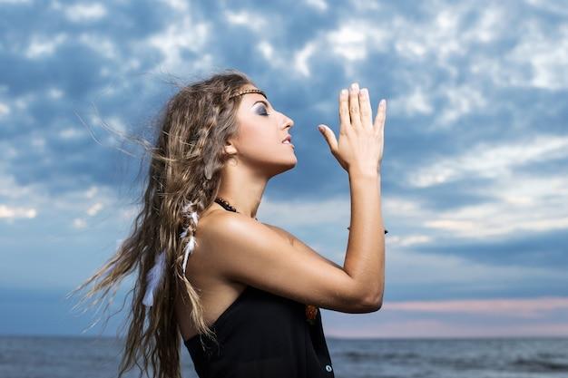 空に祈る女性