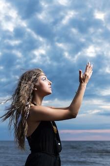 Женщина молится в небо
