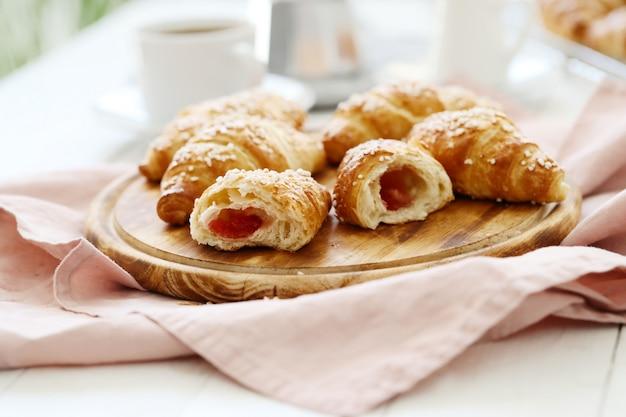 朝食にフランスのクロワッサン