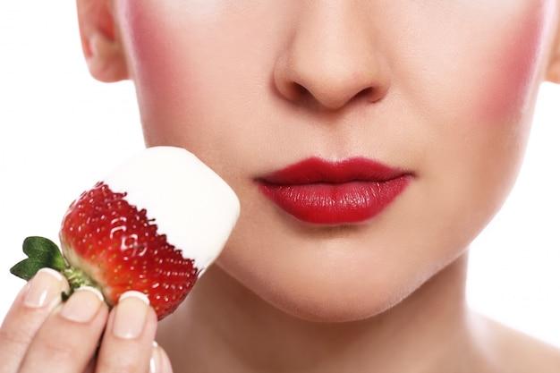 女性の唇とイチゴ
