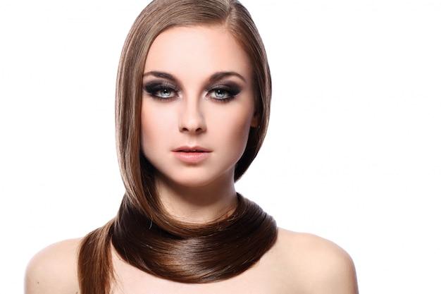 美しい髪の若い女性