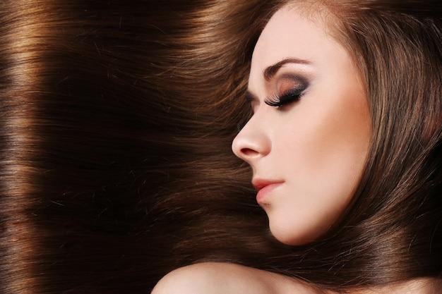 Молодая женщина с красивыми волосами