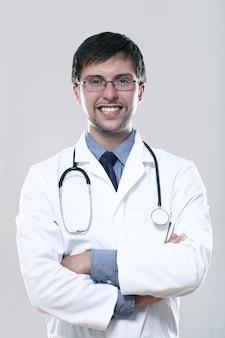 聴診器で若い笑顔医師