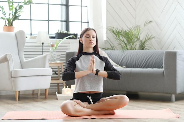 Домашний фитнес, тренирующаяся женщина