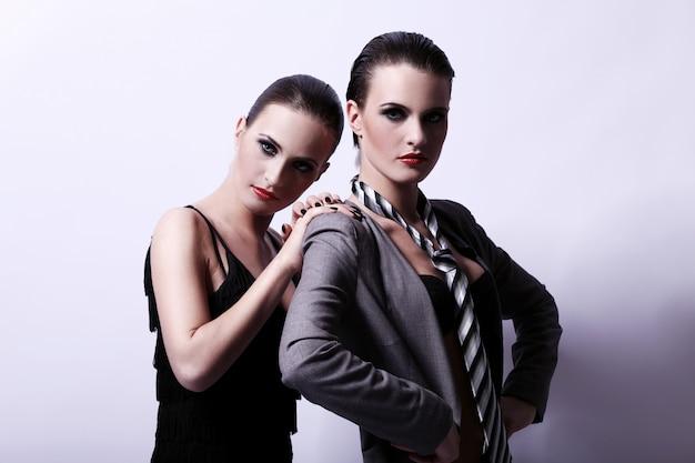 Две сексуальные женщины позируют