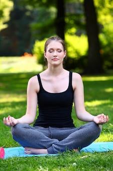 Красивая женщина расслабляющий в позе йоги