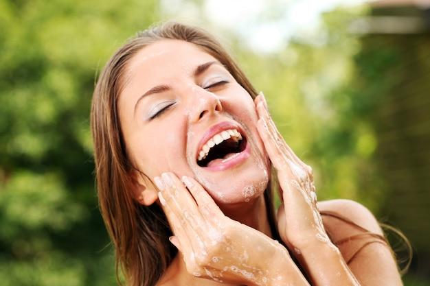 彼女の顔を洗う幸せな女