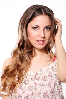 Красивая девушка с вьющимися волосами