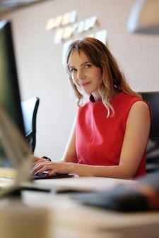 Женщина работает, улыбаясь