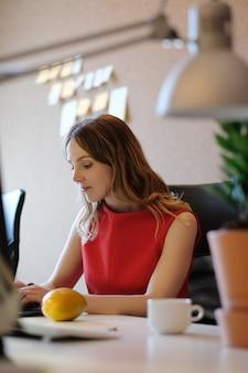 Женщина работает, сосредоточена
