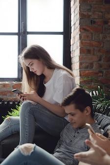 Подростки с помощью мобильных телефонов с помощью мобильных телефонов