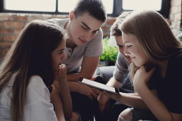 Подростки с помощью мобильных телефонов
