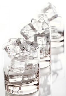 氷で満たされたガラス