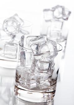 Стакан, наполненный кубиками льда