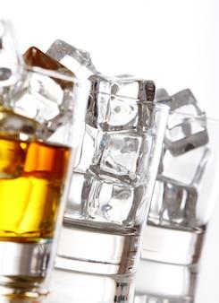 冷たいウイスキーのグラス