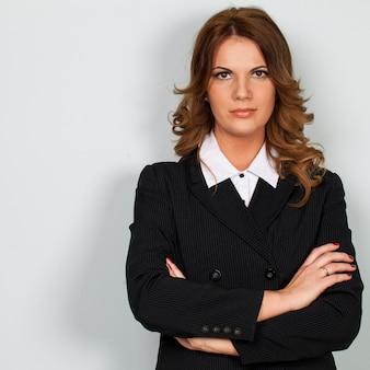 スーツの美しい白人女性実業家