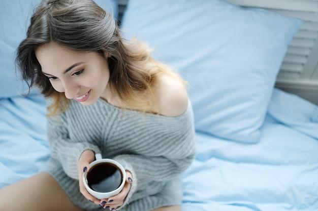 朝の朝食、温かい飲み物