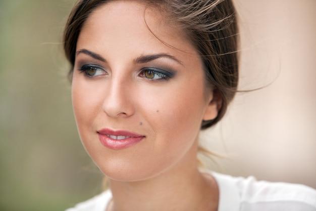化粧品で美しい白人女性