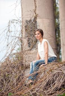 つるに座っている美しい若い女性