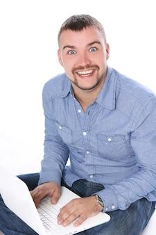 ノートパソコンでハンサムな笑みを浮かべて男