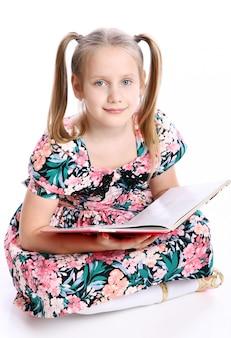 大きな本でかわいい女の子