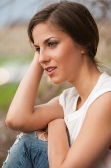カジュアルな屋外で美しい白人女性