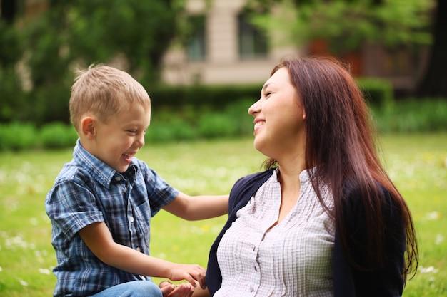 彼女の息子を持つ若い、幸せな母