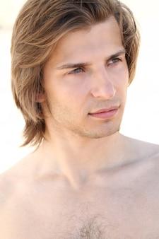 ビーチでハンサムな男の肖像