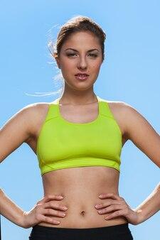 Молодая женщина в фитнесе носить на открытом воздухе