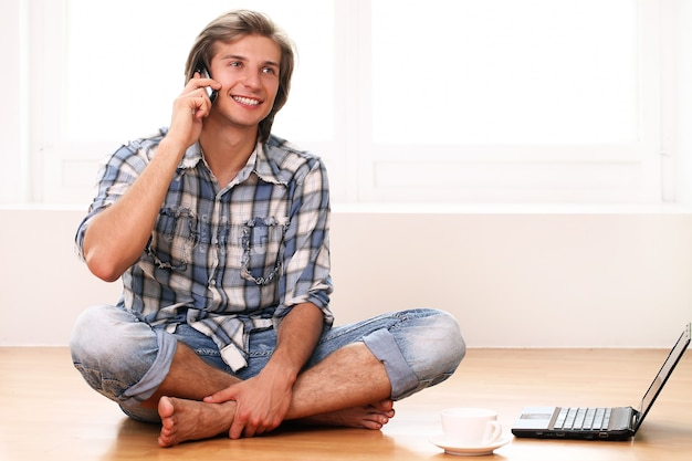 携帯電話を使用して幸せでハンサム