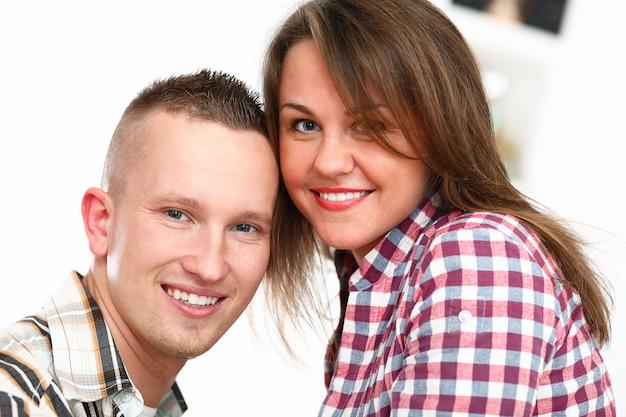 笑顔のカップルの肖像画