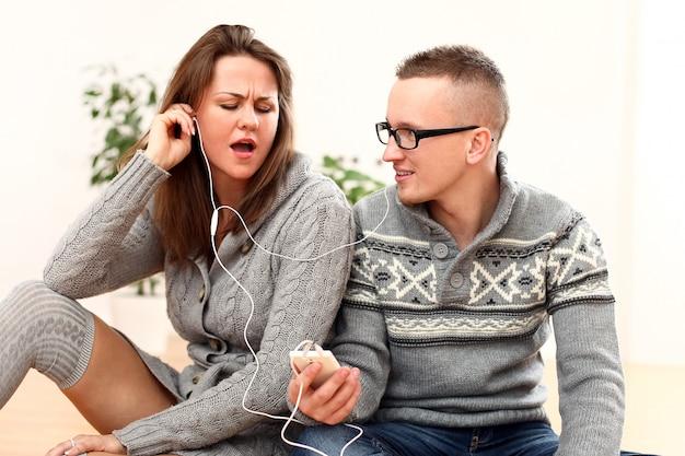 カップルが一緒に音楽を聴く