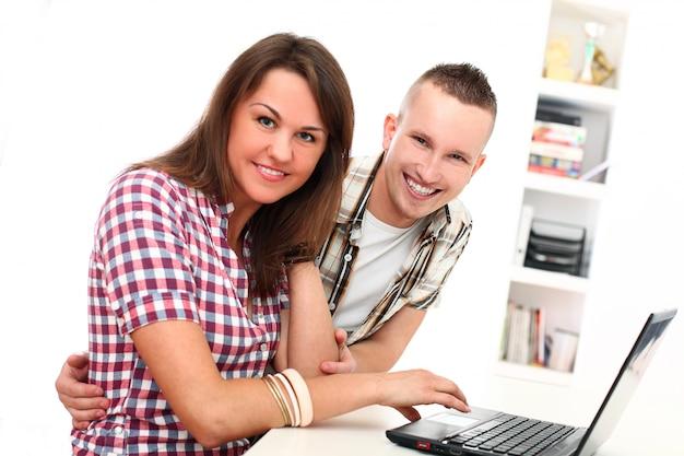 Пара использует ноутбук вместе