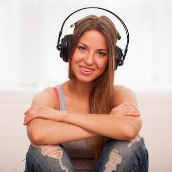 Красивая женщина наслаждается музыкой в наушниках