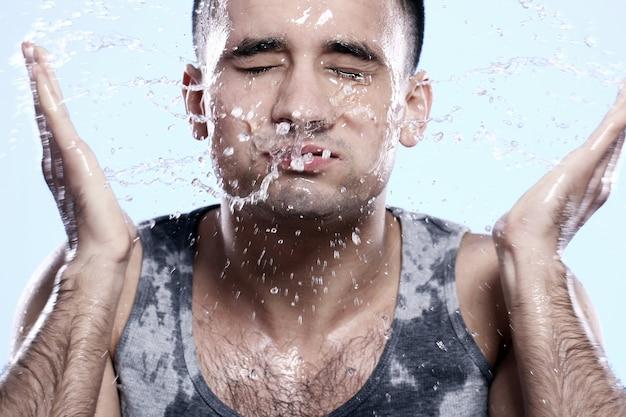 顔を洗う男
