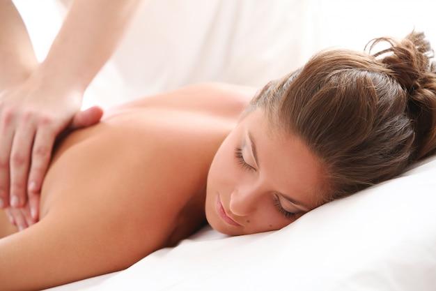 Красивая кавказская женщина наслаждается массажем