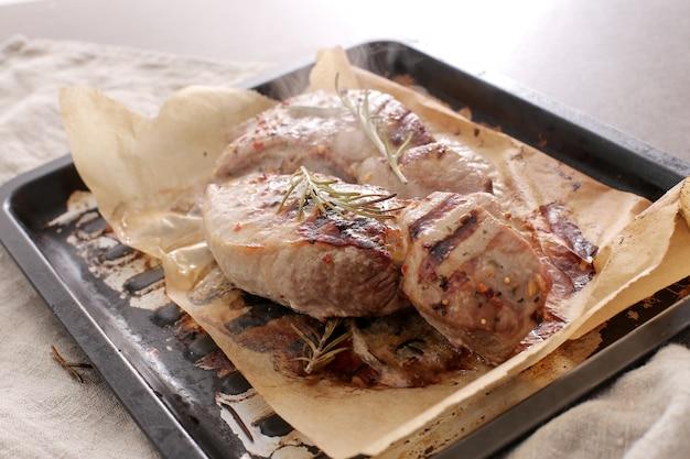 グリルされた肉