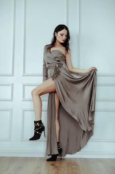 Сексуальная женщина в элегантном платье