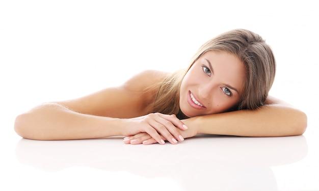 Красивая девушка лежит на ее руке
