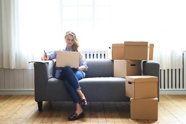 女性は新しい家に移動しています