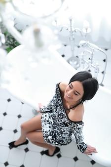 Женщина в платье блесток