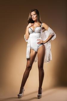 Элегантная женщина в нижнем белье
