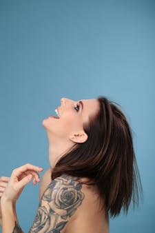 タトゥーを持つ女性の肖像画