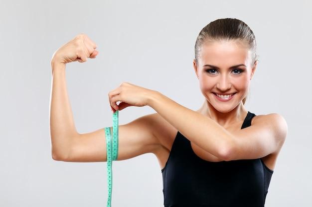 Молодая женщина, измерения ее руку