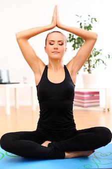 Молодая женщина практикующих йогу