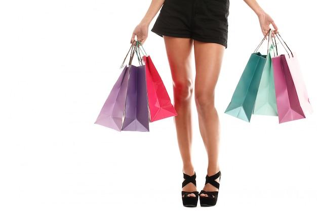 いくつかのカラフルな買い物袋を着ている女性