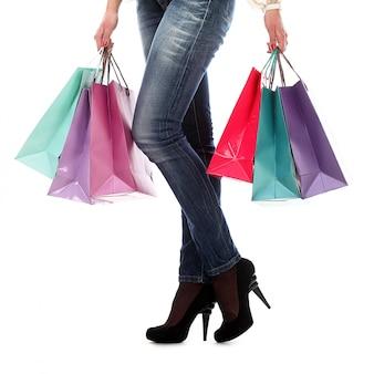 買い物袋を保持している女性