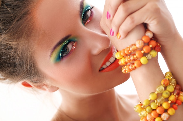 Красивая женщина с художественным макияжем