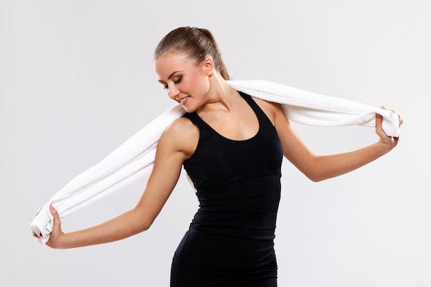 Молодая женщина, держащая полотенце